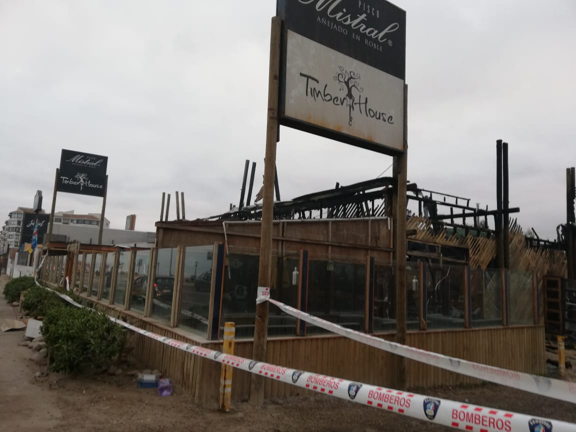 Bomberos debió trabajar hasta de madrugada para controlar rebrotes de fuego en Timber House