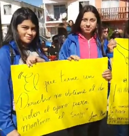 Comunidad escolar de Liceo Altué de Tierras Blancas protesta frente a Seremi de Educación