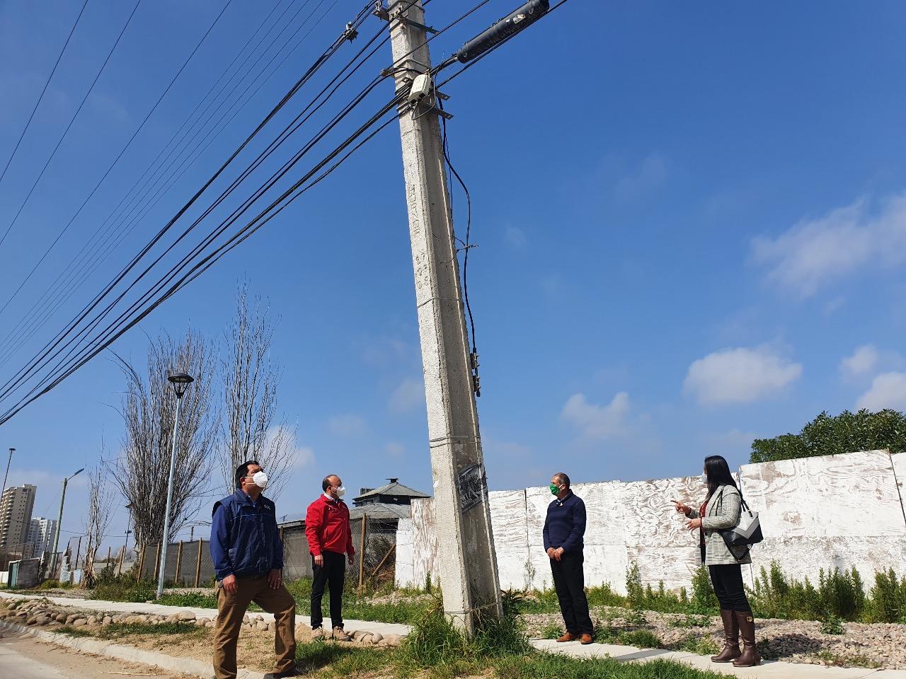 SEREMI de Energía y SEC ofician a CGE por peligro de postes inclinados en Coquimbo