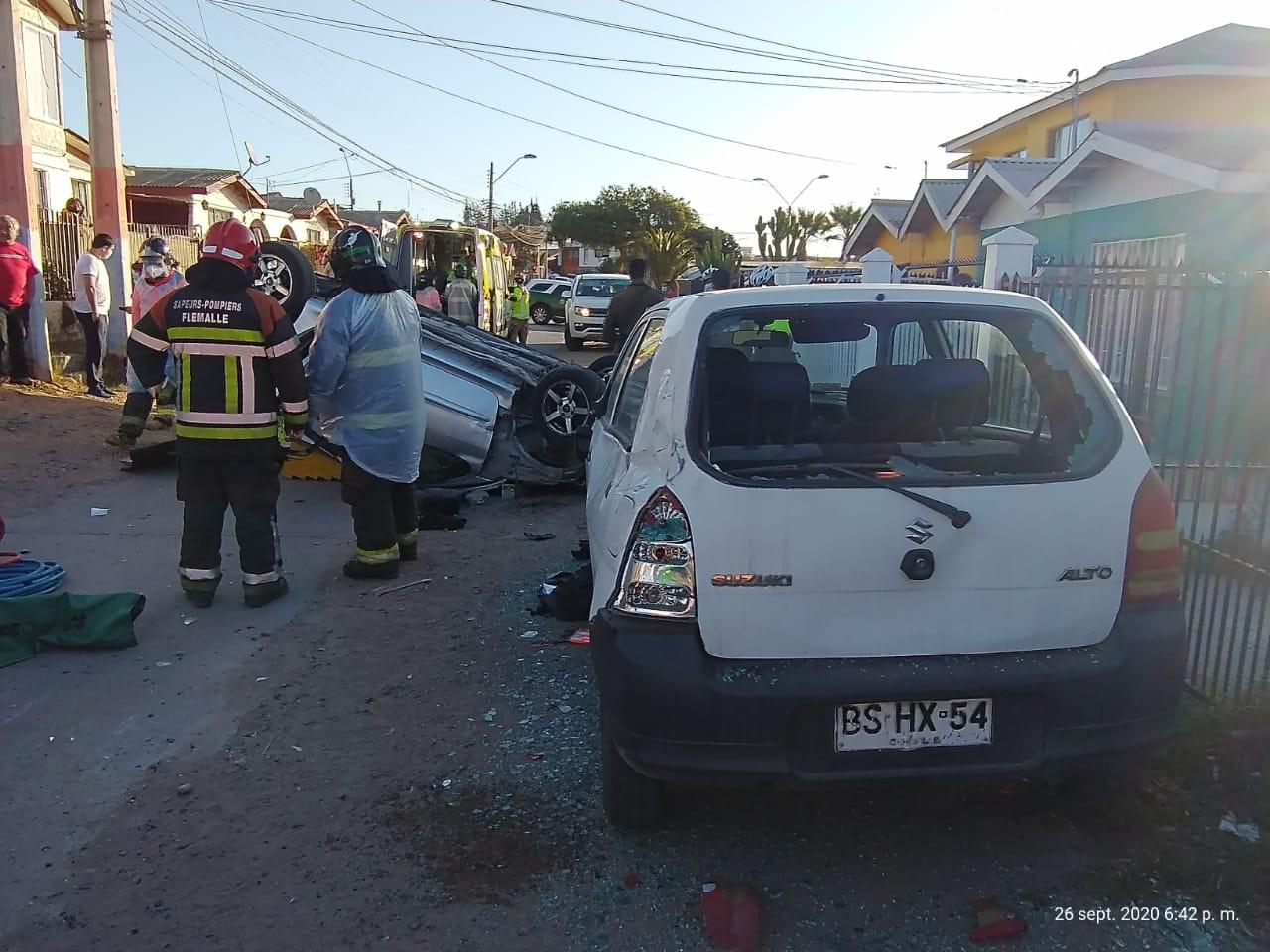 Luego de persecución policial, vehículo vuelca y deja dos lesionados en sector Alto Peñuelas