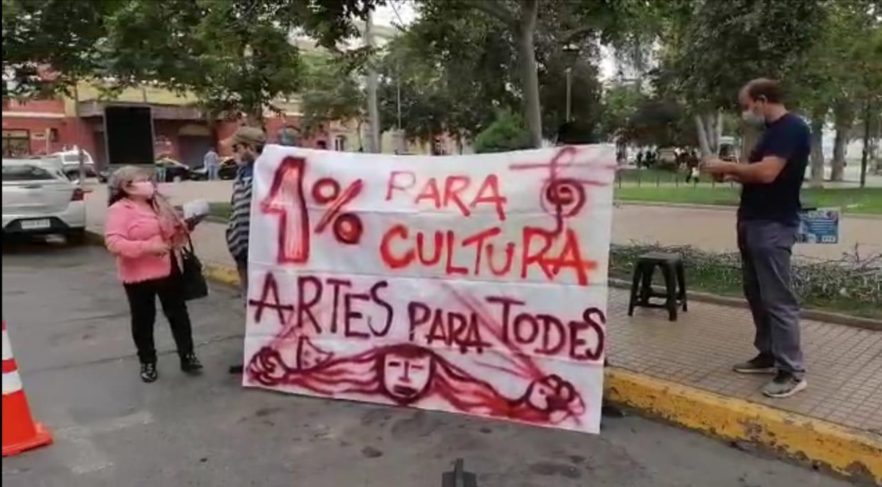 Manifestaciones en el frontis de la Catedral de La Serena marcaron la visita de la Ministra de las Culturas