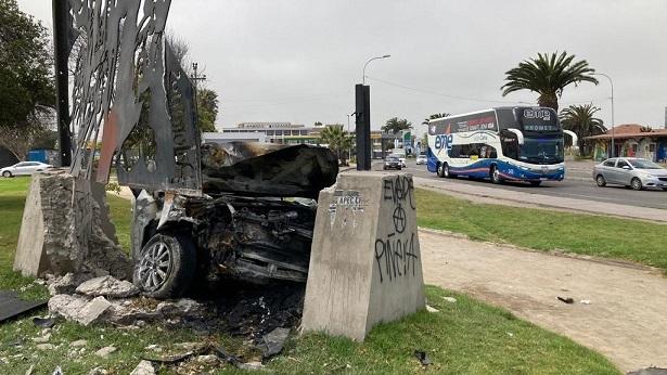 (VIDEO) Vehículo destruyó en La Serena memorial de víctimas de la Escuela Santa María de Iquique