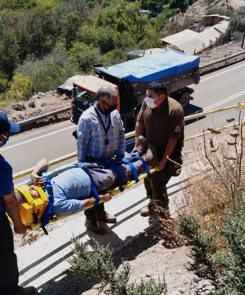 Carabineros de frontera rescataron a adulto mayor desde barranco en Río Hurtado