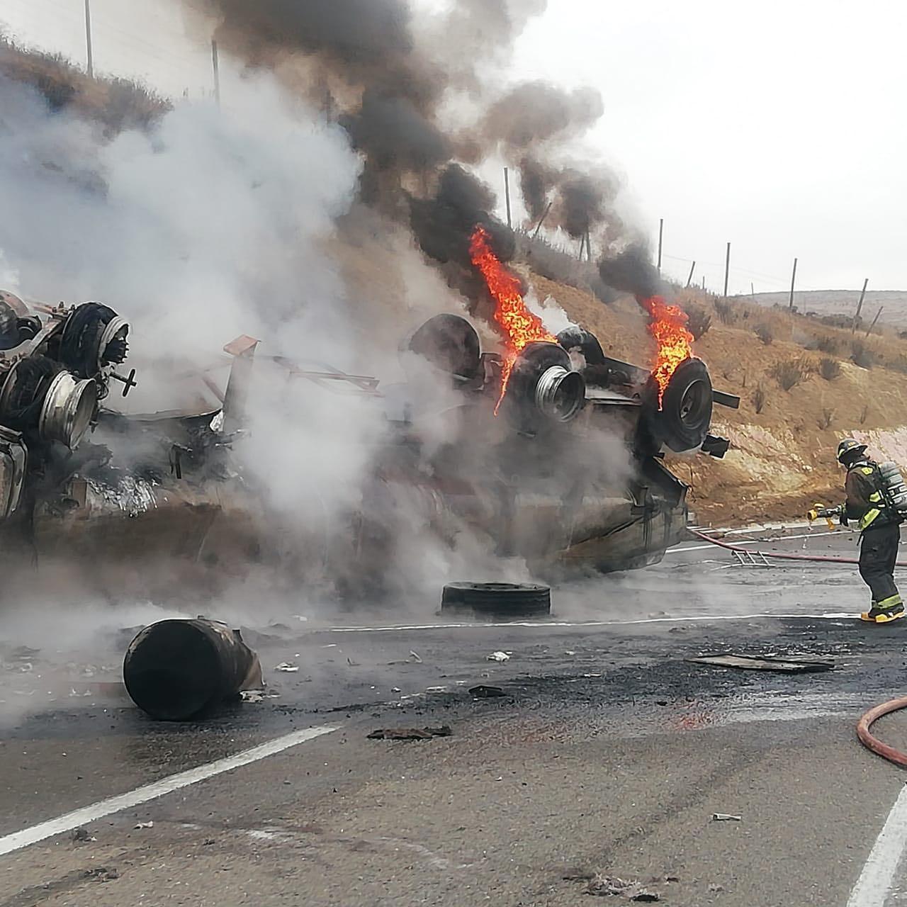 Milagrosa escapada tuvo chofer de camión que volcó y se incendió en Canela