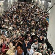 Imágenes muestran a 640 personas huyendo de Afganistán en avión militar