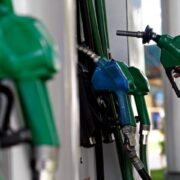 Bencinas sufren nueva alza en sus precios este jueves