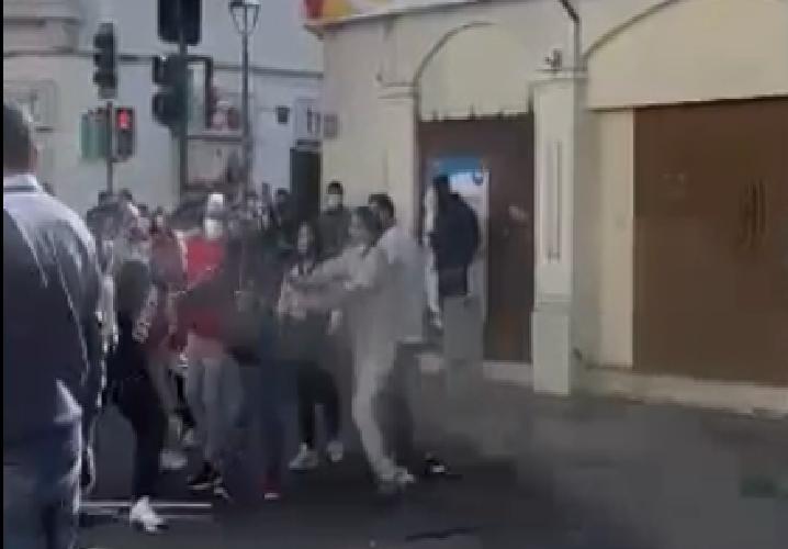(VIDEO) Comerciantes ambulantes pelean en pleno centro de La Serena